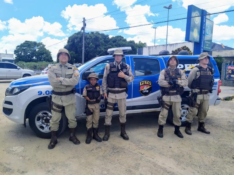 Cuidado e carinho marcam relação entre garoto e policiais