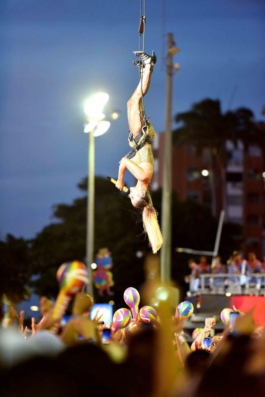 Claudia Leitte faz performance aérea no Carnaval de Salvador