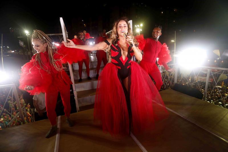 Daniela Mercury desfila de Dama de Vermelho em Salvador
