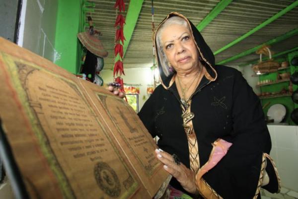 Conheça mulheres que estudam e praticam a bruxaria na Bahia