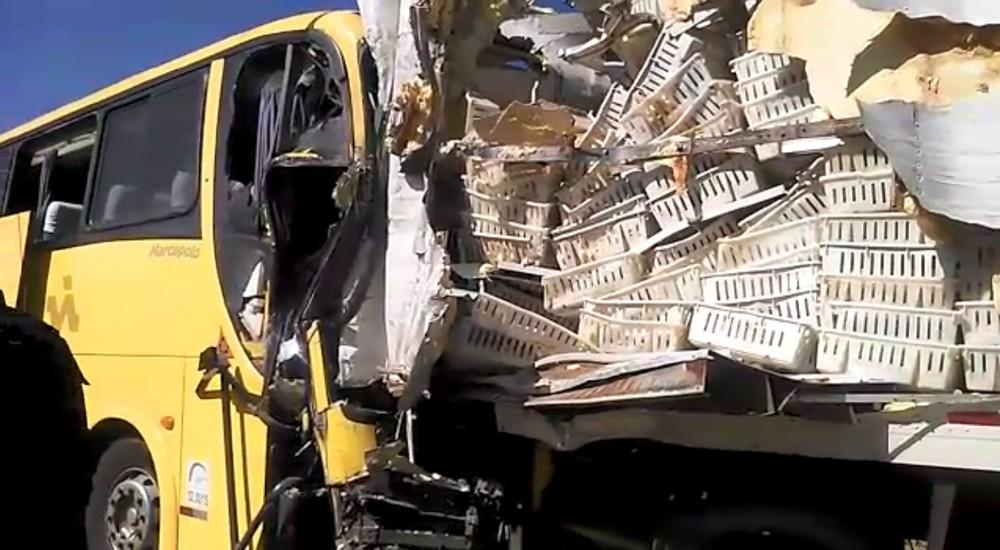 Resultado de imagem para Itabela: Motorista de ônibus morre e 16 ficam feridos em acidente na BR-101