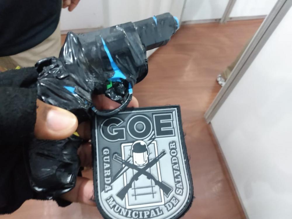 Simulacro de arma de fogo é apreendido pela Guarda no Carnaval de Salvador