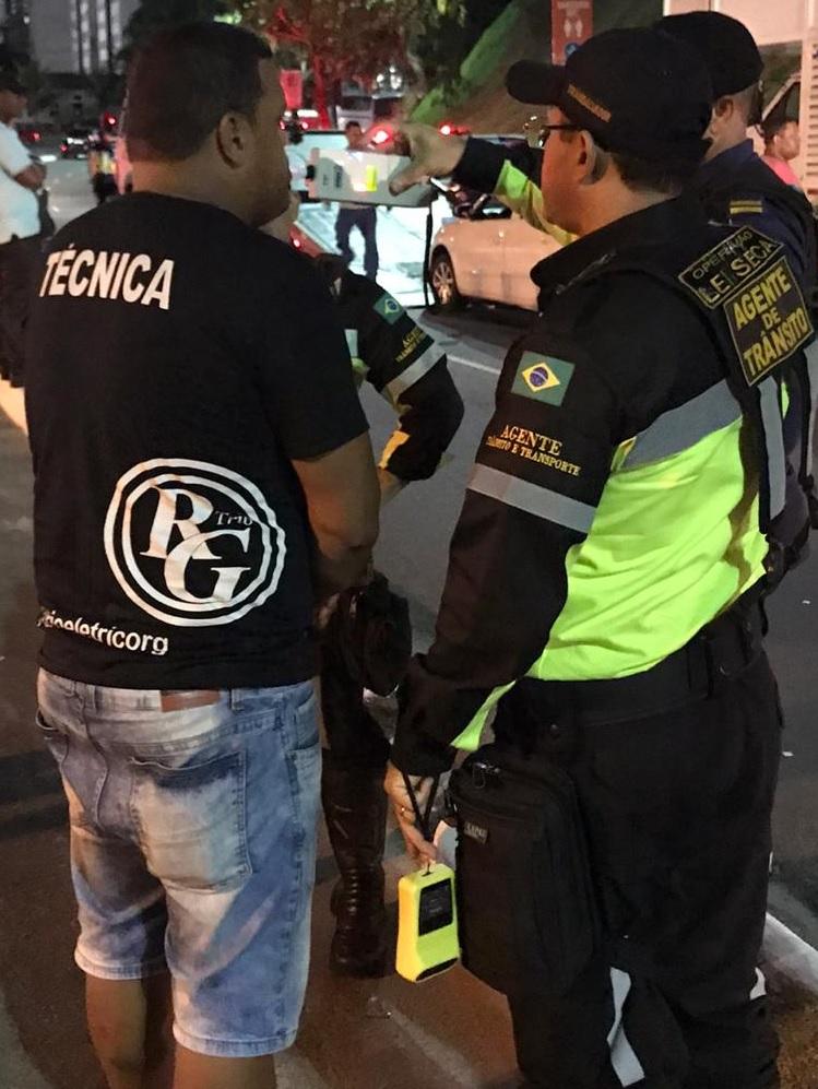 Motorista de trio elétrico é flagrado dirigindo alcoolizado no Carnaval de Salvador