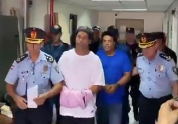 Ronaldinho Gaúcho e irmão chegam algemados para audiência no Paraguai