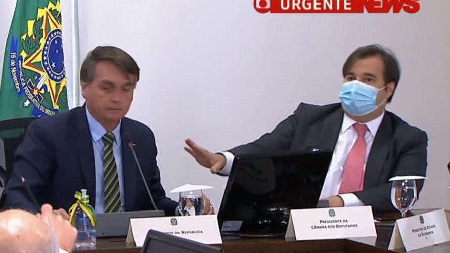 Rodrigo Maia pede que Bolsonaro se afaste dele durante reunião; veja vídeo