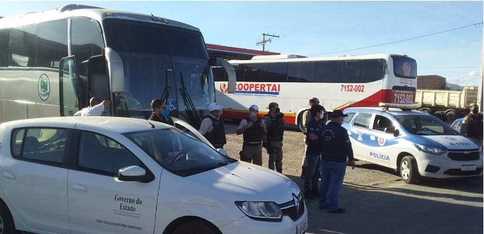 Quatro veículos que faziam transporte interestadual clandestino de passageiros são apreendidos no sul da Bahia