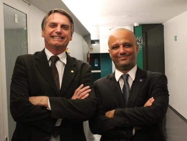 Bolsonaro sonda Major Vitor Hugo para Ministério da Educação