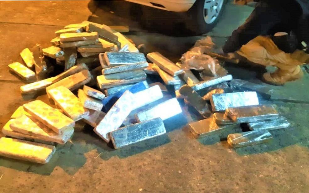 Casal é preso após ser flagrado com 100 Kg de maconha escondidos em porta-malas de carro em rodovia na Bahia