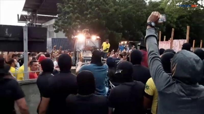 Senador Cid Gomes tenta entrar em batalhão da PM e é baleado; assista
