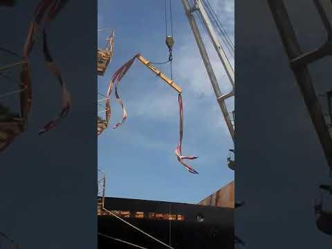 Máquina despenca no porão de navio após amarras de guindaste soltarem